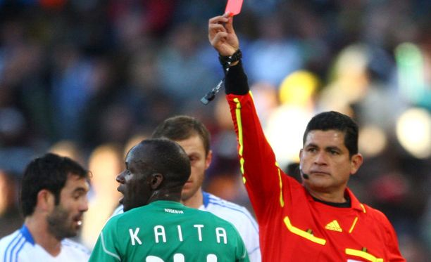 Sani Kaita katseli punaista korttia vuoden 2010 jalkapallon MM-kisoissa.