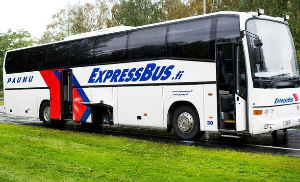 Elina ja yli kymmenen muuta matkustajaa joutuivat seisomaan ExpressBusin bussimatkan Tampereelta Turkuun.