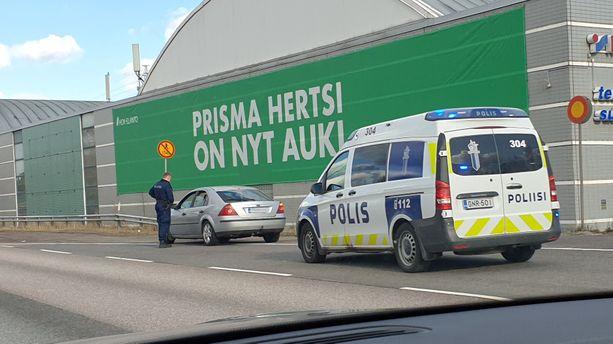 Uusi Mercedes-maija pysäytti autoilijan toisena pääsiäispäivänä Helsingissä.