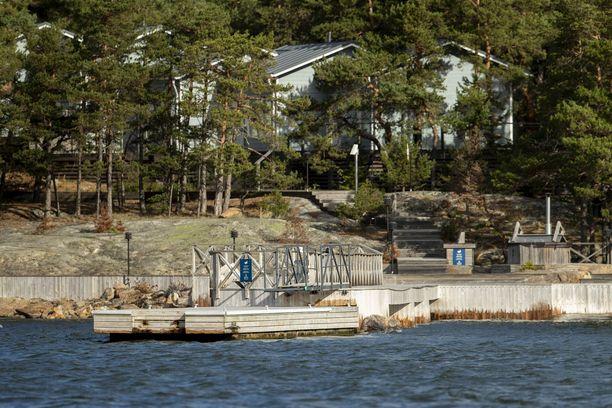 Sinisissä varoituskylteissä on entisen suomalaisen turvallisuusyrityksen Turvatiimin logot.