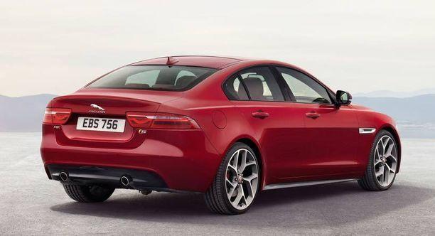 Jaguar XE:n muotoilu on sulavaa ja aerodynaamista.