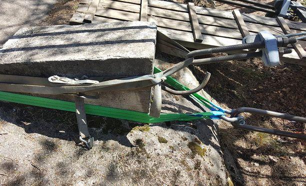 Riippusilta kiinnitettiin väliaikaisesti taljoilla. Silta on toistaiseksi suljettu retkeilijöiltä.