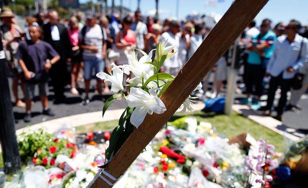 Nizzan iskun uhreja muistettiin kävelykadulle tehdyllä muistopaikalla kukin.