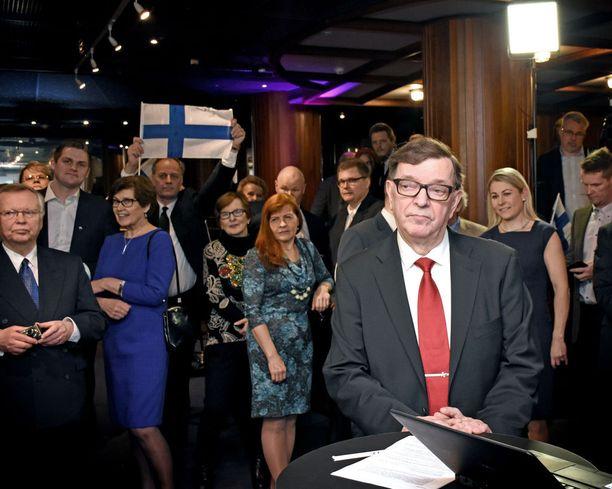 Presidenttiehdokas Paavo Väyrysen ilme oli vakava, kun hänelle ja kannattajilleen selvisi ennakkoäänien kuuden prosentin äänisaalis.