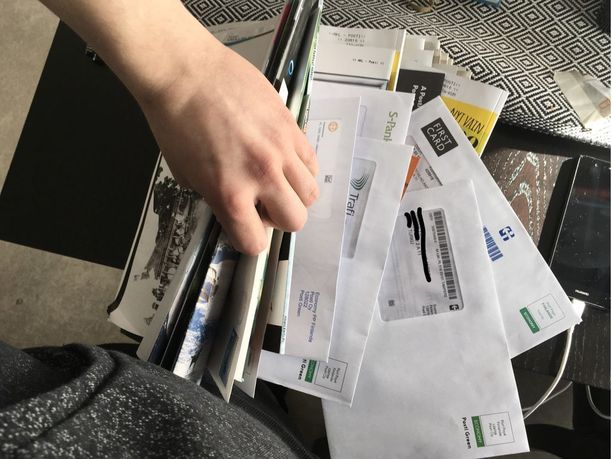 Postit löytänyt asukas sai kiitosta naapureilta, kun jakoi kirjeet itse oikeisiin osoitteisiin.