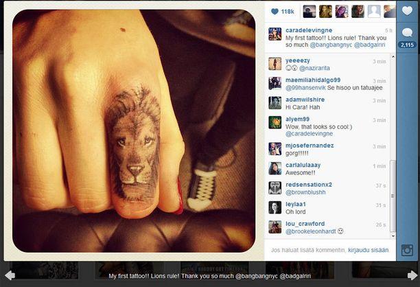 Cara esitteli uunituoretta tatuointiaan Instagramissa.