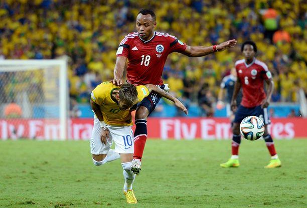 Neymar ehti palloon ensimmäisenä, mutta Zunigan polvi jysähti voimalla brassitähden selkään.