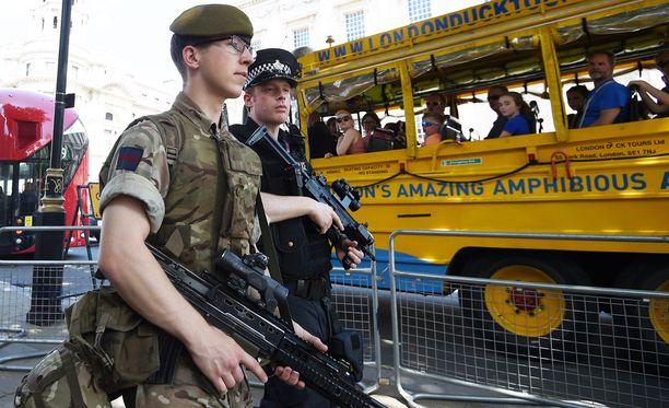 Manchesterissa maanantaina tapahtuneessa iskussa itsemurhapommittaja tappoi 22 ihmistä. Yli sata ihmistä loukkaantui. Nyt raskaasti aseistautuneet sotilaat ja poliisit partioivat Englannin suurkaupunkien katuja.