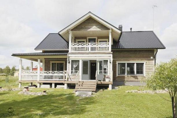 Terassin ristikkokaiteet tekevät talosta entistä näyttävämmän.