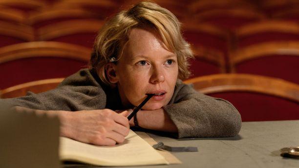 Alma Pöysti näyttelee Tove Janssonia Tove-elokuvassa.