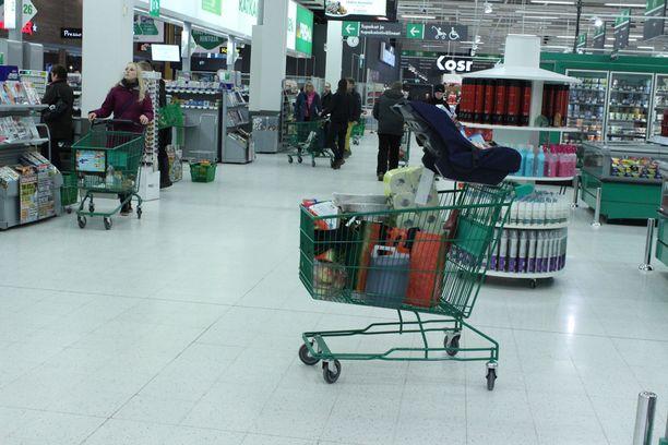 Osa asiakkaista kyllästyi odotteluun ja jätti täydet ostoskärryt kauppaan.