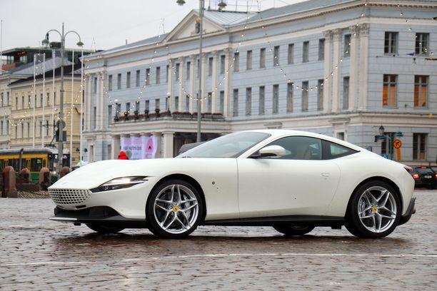 Ferrari Roma pysäyttää hetkeksi liikkeen, kun se asettuu Kauppatorin mukulakiville.