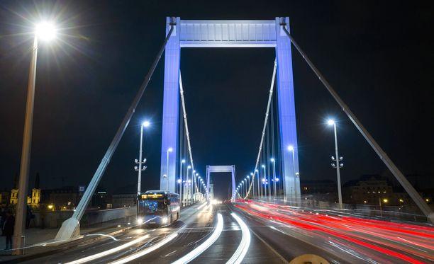Budapestin maamerkki Elisabetin silta valaistiin jo maanantaina sinivalkoisin värein Suomen 100-vuotisjuhlien kunniaksi.