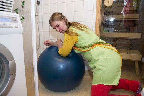 Pehmeä jumppapallo tarjoaa synnyttäjälle mukavaa ja joustavaa tukea.