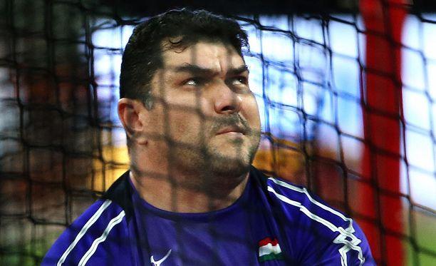 Dilshod Nazarov paastoaa kuuliaisesti.