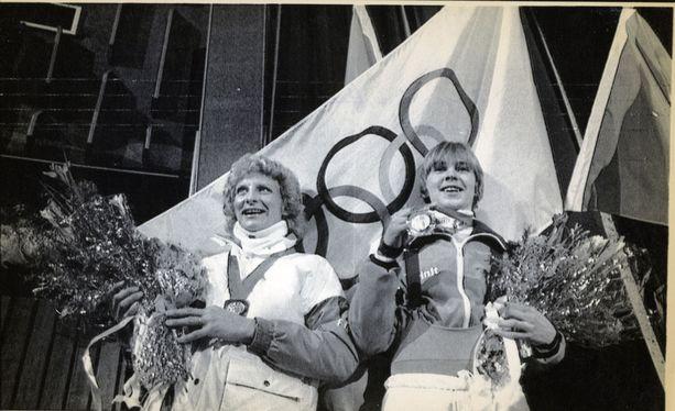 Nykänen toi Sarajevon talviolympialaisista vuonna 1984 kultaa suurmäestä (P90) ja hopeaa (P70). Vierellä hiihtäjä Marja-Liisa Hämäläinen (nyk. Kirvesniemi).