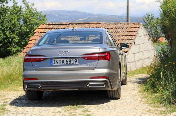 Pienillä kyläteillä huomasimme koeajon aikana, että Audi oikeasti iso ja leveä auto.