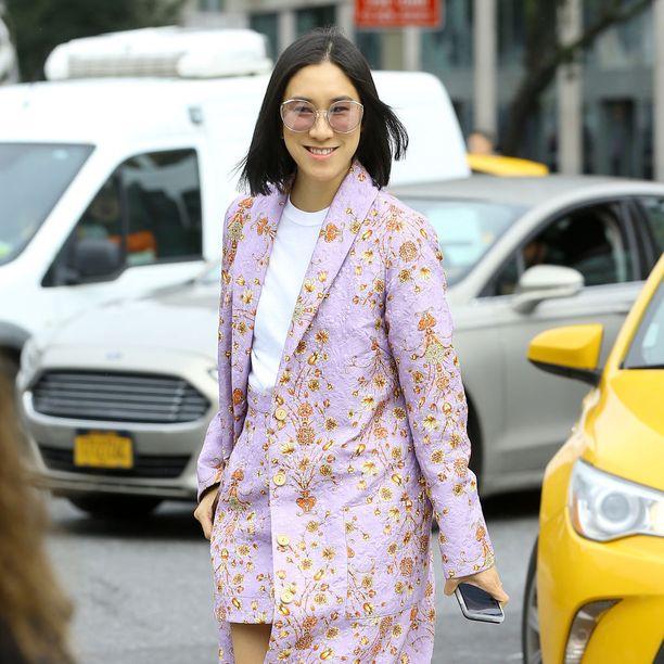 Pastellisävy, hamepuku ja ihanat aurinkolasit - Eva Chenin tyyli tehoaa.