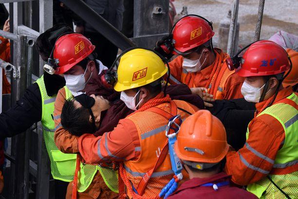 11 kaivosmiestä nostettiin tummat siteet kasvoillaan satojen metrien syvyydestä sunnuntaina.