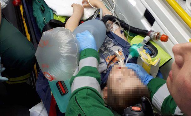 Ambulanssihenkilökunta kiidätti loukkaantuneen lääkintähelikopteriin.