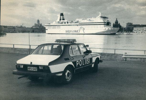 Helsingin poliisin partio piti silmällä Eteläsataman matkustajaliikennettä huhtikuussa 1985, kun Tillanderin ryöstäjien etsinnät olivat käynnissä.