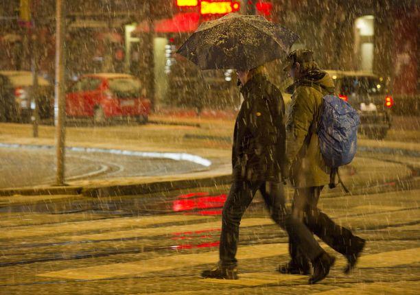 Kunnon talvea saadaan odottaa ainakin joulukuun alkuun. Sateet tulevat kylmänä vetenä tai räntänä. Jos lunta sataakin, se sulaa heti pois.