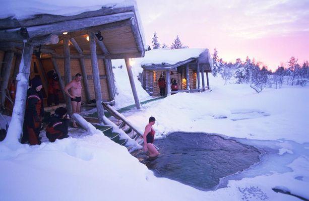 Suomesta löytyy kylpylöitä moneen lähtöön, ja siellä ei tarvitse itse huolehtia edes joulusaunan lämmittämisestä.
