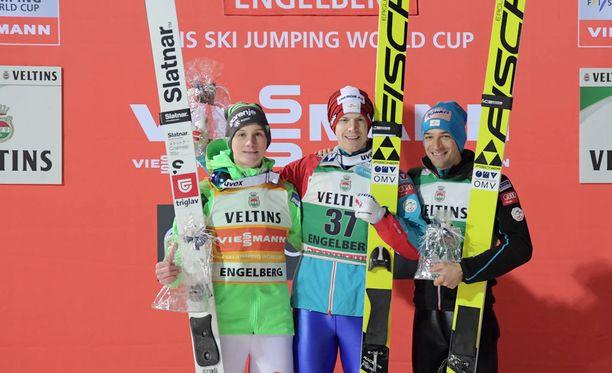 Michael Hayböck (voitti), Domen Prevc ja Andreas Kofler nousivat seuraksi palkintopallille.
