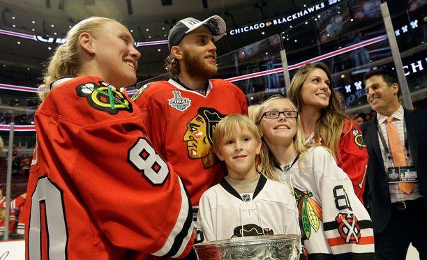 Patrick Kane juhli mestaruutta Blachhawksin edesmenneen huoltajan Clint Reifin lesken Kellyn ja hänen lasten kanssaan.