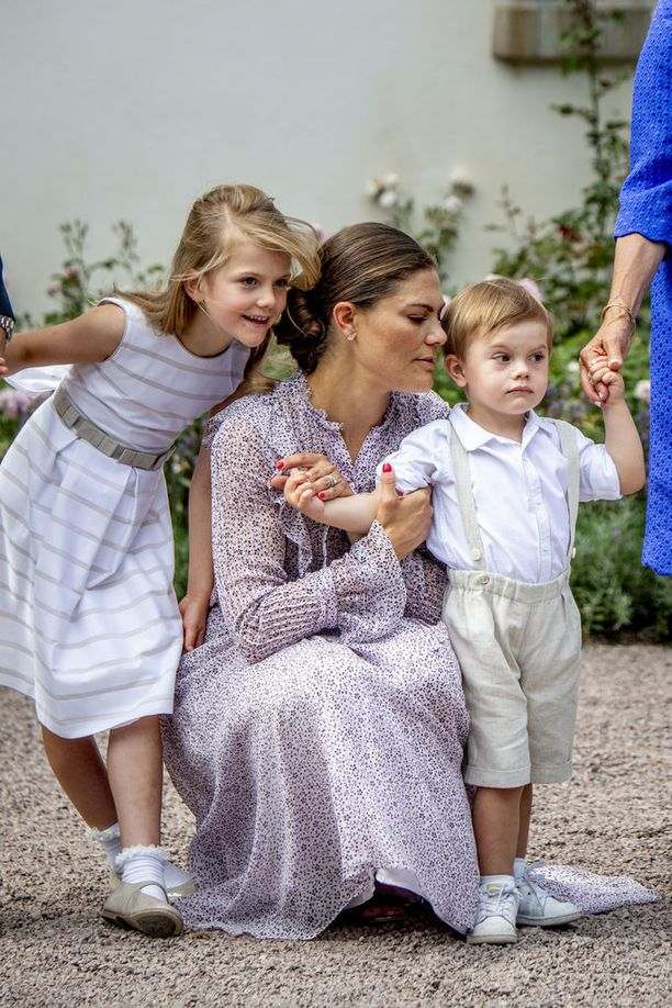Victoria otti onnitteluja vastaan lastensa kanssa.