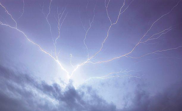 Salama aiheuttaa ukonilmalla sähkö- ja tietoliikenneverkkoon ylijännitteen, joka rikkoo niihin liitettyjä laitteita.
