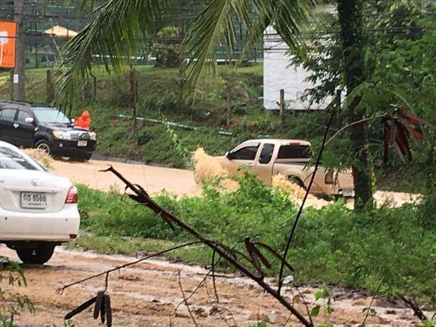 Fitzpatrick kertoo, että pienillä autoilla tai mopoilla on tulvien aikaan hyvin vaikea liikkua suurimmassa osassa Thaimaan saarta.