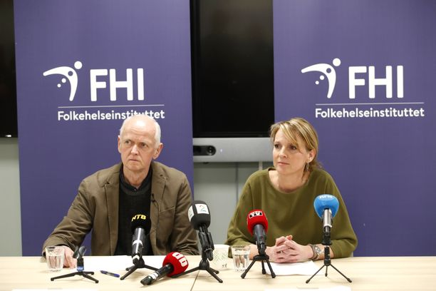Norjan kansanterveyslaitoksen apulaisjohtaja Geir Bukholm (vas.) pitää koronaa nyt kausi-influenssaan rinnastettavana sairautena kasvaneen rokotekattavuuden ansiosta. Kuva otettu helmikuussa 2020. Oikealla Norjan kansanterveyslaitoksen osastonjohtaja Line Vold.
