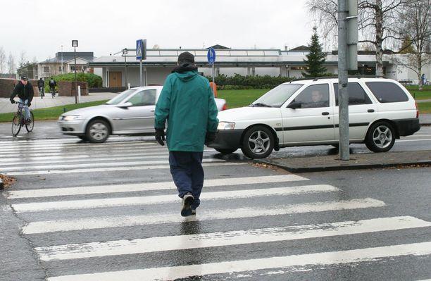 Suojatiegiljotiiniksi sanotaan tilannetta, jossa toinen auto pysähtyy ja toinen ei.