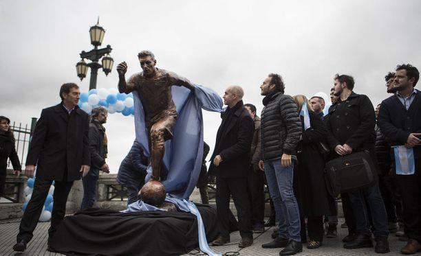 Tältä Messi-patsas näyttää ehjänä.