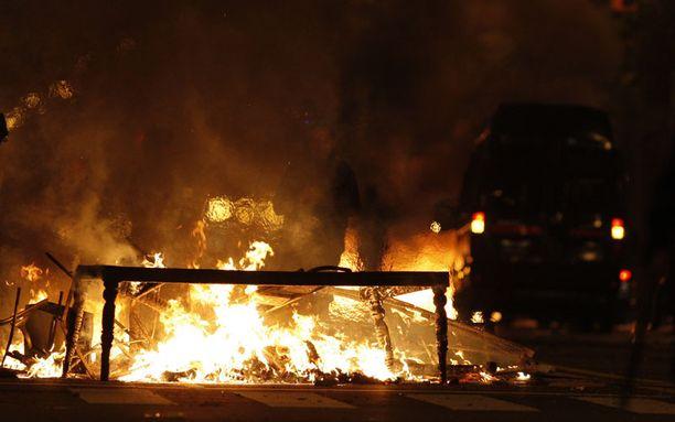 Autot ja muu irtaimisto paloivat ja kadut näyttivät sotatantereelta.