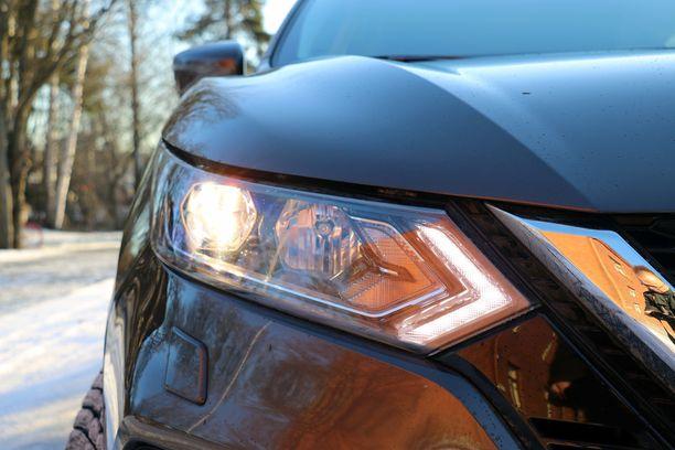 Nissanin perushalogeenit kannattaa jättää kauppaan ja ottaa suosiolla ledit. Halogeenien valoteho ei vakuuttanut.