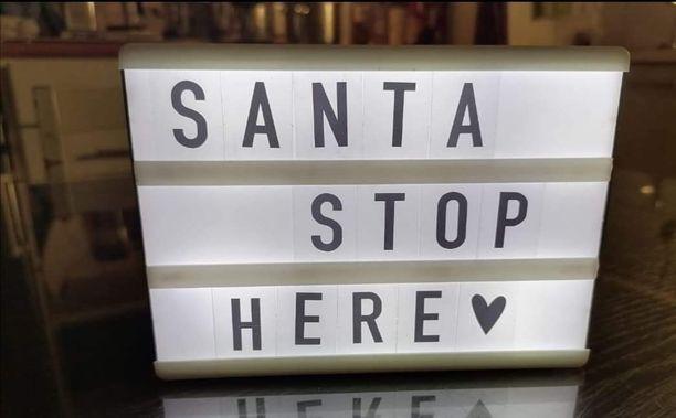 Susannan valotauluteksti pyysi joulupukkia pysähtymään täällä.
