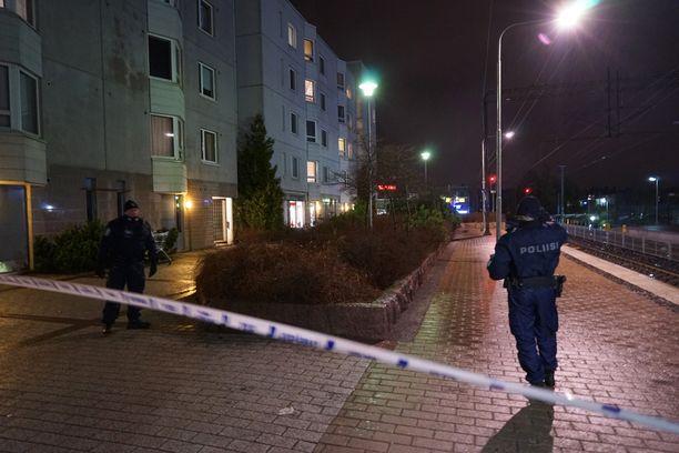 Poliiseja Myyrmäessä ampumisvälikohtauksen jälkeen.