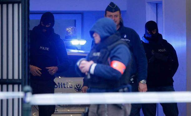 Poliisi partioi oikeustalon edessä. Oikeudessa Pariisin iskuista epäilty Salah Abdeslam osallistui oikeuskäsittelyyn.
