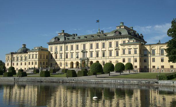 Kuningaspari asuu Drottningholmin linnassa.