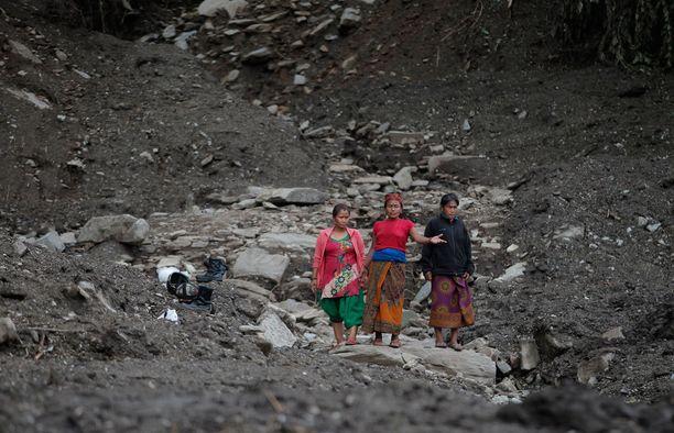 Nepalilaisnaiset kulkivat maanvyörymäalueella Lumlen kylässä heinäkuun lopulla.