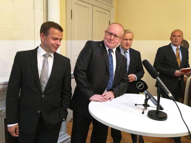 Petteri Orpo, Jari Lindström ja Olli Rehn vaikenivat torstain tiedotustilaisuudessa työllisyystoimien yksityiskohdista.