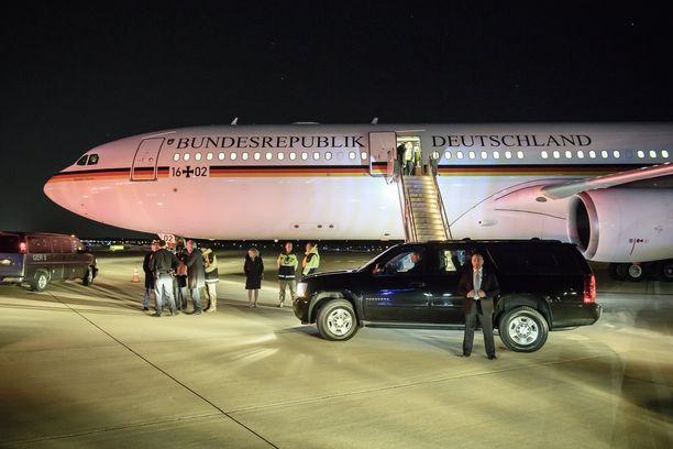 Liittokansleri Merkeliä kuljettanut kone laskeutui yön pimeydessä Washingtoniin.