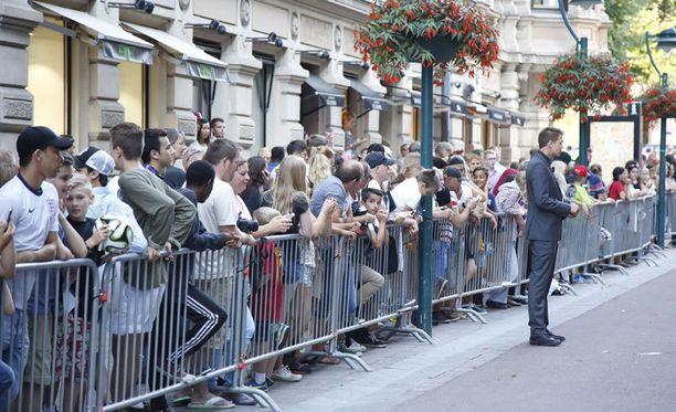 Hotelli Kämpi edustalla Barcelonan pelaajia odotti suuri fanijoukko.