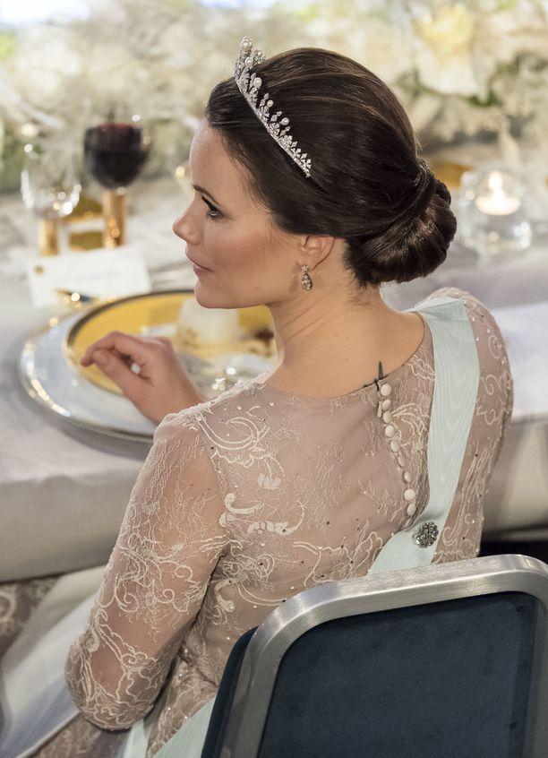 Prinsessa Sofian iltapuvun selkämyksestä pilkisti hänen tatuointinsa.