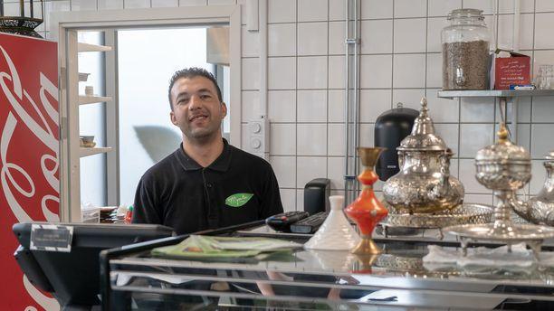 Mynta Caféssa murhattiin veljekset noin 1,5 vuotta sitten. Brahim Bradovane sanoo, ettei häntä kuitenkaan pelota alueella.