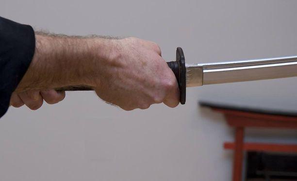 Miehet hyökkäsivät poliisin kimppuun Joensuussa miekan ja veitsen kanssa. Kuvituskuva.