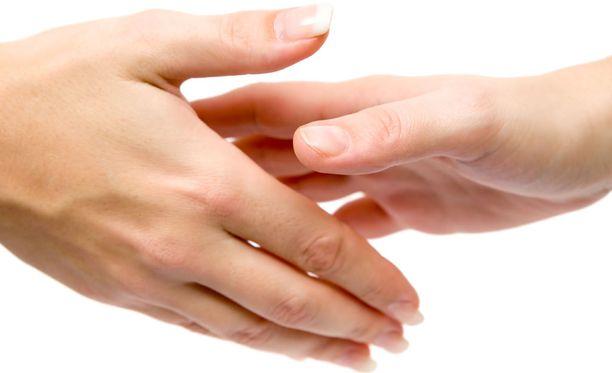 Käsien ahkera peseminen saippualla ja vedellä on tehokas keino estää tartunta.