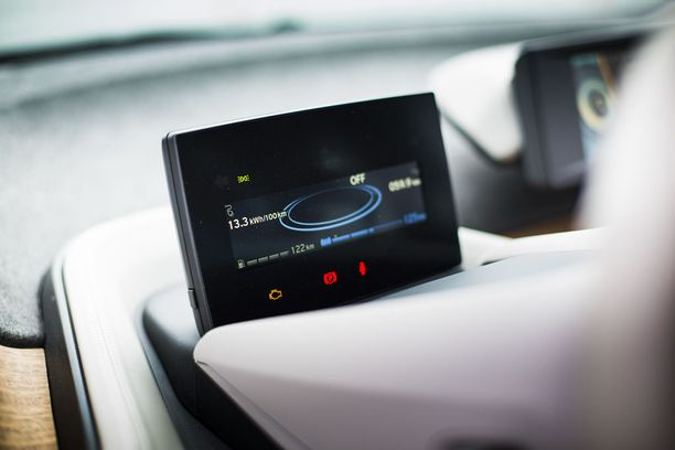 Koeajokulutus 13,3 kWh/100 km. Täydellä akulla ajaa reilut 200 kilometriä, REX lisää toimintamatkaa polttoaineella yli 100 km.